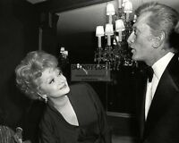LUCILLE BALL AND KIRK DOUGLAS AT FRIARS CLUB DINNER 1979 - 8X10 PHOTO (AB-488)