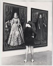 1969 PRESS PHOTO - model Jenny Farrington, legs, Tate Gallery, Queen Elizabeth I