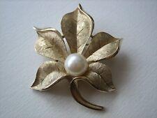 Trifari Crown spilla dorata a forma di foglia con perla anni '60