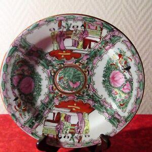 Grande assiette en porcelaine de chine émaillé signé Lot  ( N°8 )