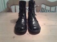 Trippen Schuhe Stiefeletten schwarz Echtleder Gr. 40 geschnürt