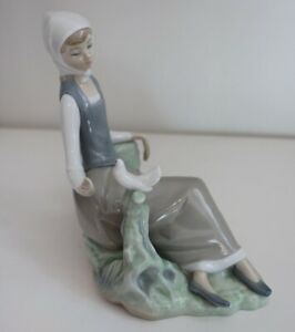 Lladro figurine 4660 seated girl with Dove