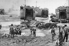 WW2  - Photo - Des LST débarquent troupes et matériels sur les plages normandes