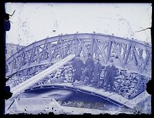 Ingénieurs devant un pont métallique en construction Plaque Négative ca 1880