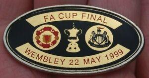 MANCHESTER UNITED V NEWCASTLE FA CUP FINAL WEMBLEY 22ND MAY 1999 PIN BADGE VGC