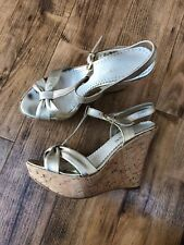 GORGEOUS DUNE GOLD LEATHER T BAR WEDGES SIZE 5 HEEL 4 1/2 IN,PLATFORM 1 1/2 IN
