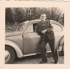 Foto Mann vor VW Käfer mit Faltdach Auto Oldtimer
