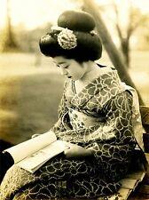 Fotografia GEISHA GIAPPONE MAIKO Kyoto lettura Kimono Arte Poster Stampa lv3576