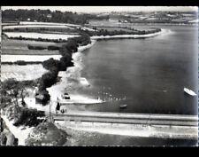 TREGLONOU (29) VILLA , CALE & PONT animé en vue aérienne en 1957
