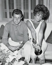 ELIZABETH TAYLOR AND EDDIE FISHER AFTER 1961 ACADEMY AWARDS - 8X10 PHOTO (AZ812)