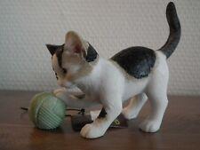 déco. chaton avec pelote de laine (taille: 10 x 4 x 8 cm) DEKORATIEF, NOUVEAU