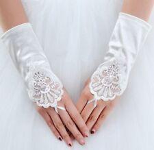 Accessoire mariage : Gants longueur poignet , satin blanc , perles et broderies