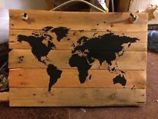 Mapa del mundo en placas de madera Paleta. Pines de viaje. destinos de vacaciones Educación.