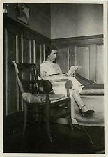 PHOTO ANCIENNE - VINTAGE SNAPSHOT - FEMME LECTURE CHAMBRE FAUTEUIL-WOMAN READING