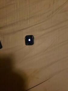 Apple Watch Series 4 *Cracked Screen* 40mm - Wifi/GPS  - space Gray alum