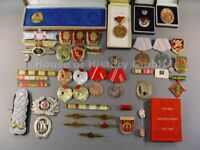 109086, Konvolut von über 45 DDR / NVA Abzeichen, Medaillen, Orden, Ordensspange