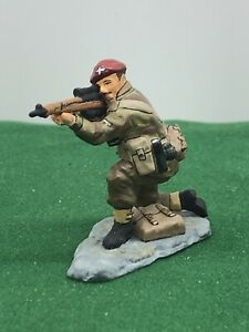 KING AND COUNTRY WW2 BRITISH PARATROOPER KNEELING FIRING SNIPER RIFLE 65