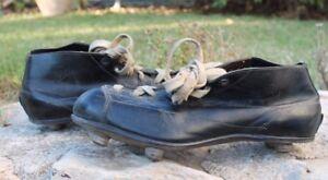 très ancienne chaussure de football a crampons