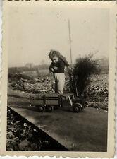 PHOTO ANCIENNE - VINTAGE SNAPSHOT - ENFANT JOUET CAMION - CHILD TOY TRUCK 1948