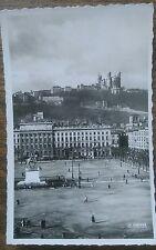 Carte postale ancienne animée Lyon Place Bellecour et coteau de Fourvière CPA