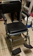 Chaise percée à roulettes avec repose-pieds. Parfait état