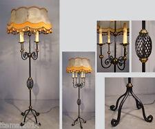 LAMPADAIRE EN FER FORGE LAQUE, BAGUES ET DECORATIONS EN LAITON VERS 1960 signée.