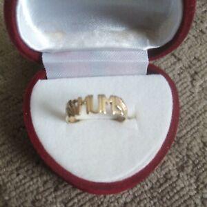 9ct Gold Ring 'MUM'. Size M