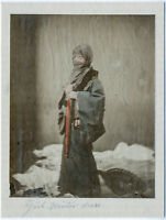 Japanische Dame in Winterkleidung. Kolorierte Orig.-Albumin-Photographie um 1880