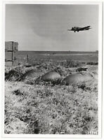 Transporter- Ju 52 über Feldflugplatz, Orig.-Pressephoto, um 1940