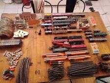 Gros lots de train ho, rails, maquette, wagons, locomotive.