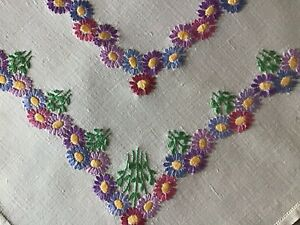 BEAUTIFUL VINTAGE LINEN HAND EMBROIDERED TABLECLOTH~LOVELY DAISY CHAINS