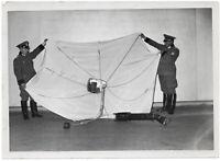 Leuchtfallschirm der englischen Flieger. Orig-Pressephoto, von 1940