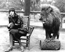 """GRETA GARBO WITH MGM MASCOT """"LEO THE LION"""" - 8X10 PUBLICITY PHOTO (EE-027)"""