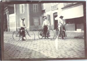Balade en ville, à vélos devant une épicerie, confiserie Vintage silver print