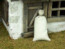 Gefüllte Mehlsack aus Stoff, Höhe 7,5 cm.  Für Puppenstube oder Weihnachtskrippe