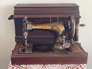 1901 SINGER 28k  CAST IRON HAND CRANK SEWING MACHINE & FANCY CARRY CASE