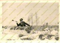 Foto, Wehrmacht, Soldat beim Handgranaten Wurf, (W) 50030