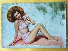 Vintage Postcard Pin Up 1970s - Mooie vrouw met zonnehoed in bikini op strand