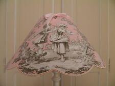 abat-jour festonné  rose en toile de jouy motif colin maillard