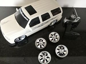 Jada Toy RC Cadillac Escalade 1/12 white used no battery 4 extra wheels as is