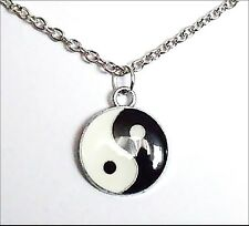 Versilberter Yin Yang Anhänger mit Emaille und Kette - Glücksbringer