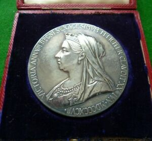 1897 VICTORIA SILVER CORONATION MEDAL - BOXED - 55MM - 84 GMS - EF+