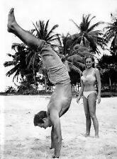 PHOTO SEAN CONNERY & URSULA  ANDRESS -JAMES BOND CONTRE DR NO URSULA ANDRES