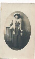 Photo carte portrait femme élégante debout écharpe chapeau porte-monnaie Troyes