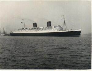 VINTAGE SMALL REAL PHOTO of R.M.S. QUEEN ELIZABETH leaving SOUTHAMPTON DOCKS
