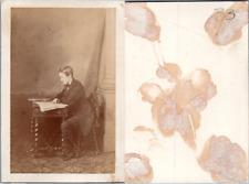 Jeune garçon adolescent en pose assis à un bureau, circa 1870 CDV vintage albume