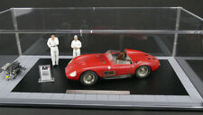 Maserati 300S Dirty Hero + 2 Figuren + Motor+ Vitrine+ Schild - 1:18 CMC limited