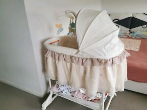 0-6m baby cot on wheels with Multiple functions good conditions useful safety