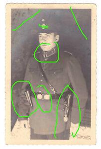 Top Foto AK Portrait -Polizei- Mütze Üffiziersfeldbinde, Pistole Seitengewehr