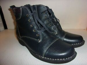 CLARKS LOW BOOT NAVY PEBBLE LEATHER SIZE 8 / 39 WIDE VERY NICE COMFORT FOR FALL